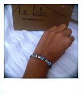 pulsera de cuero azul con varios chinos de la salud